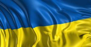 Jakie warunki musi spełnić Ukrainiec aby uzyskać w Polsce kredyt? Wbrew pozorom polskie banki powoli i ostrożnie działają w zakresie przyznawania kredytów obcokrajowcom. Pomimo tego, że w Polsce mieszka już ponad milion Ukraińców, więc jest to znaczna grupa potencjalnych klientów, którzy coraz częściej kupują mieszkania, ściągają swoje rodziny do Polski posiadając w pełni legalną pracę.  Głównym wymogiem stawianym przez polskie banki jest posiadanie udokumentowanego dochodu w Polsce od minimum 3 miesięcy. Może to być umowa o pracę, umowa zlecenie lub umowa o dzieło czy też prowadzenie własnej działalności gospodarczej. Jeśli chodzi o własną działalność gospodarczą to tutaj banki wymagają minimum 12 miesięcy prowadzenia firmy w Polsce i nie ma od tego odstępstwa.  Kolejną ważną sprawą jest posiadanie dobrej udokumentowanej historii kredytowej .Według danych statystycznych w 2018r. obywatele Ukraińcy uzyskali w Polsce ponad 20 tys. kredytów na łączą kwotę około 80 mln zł. ( kredyty gotówkowe, kredyty hipoteczne, kredyty firmowe).  Jakie dokumenty Ukraińcy powinni pokazać w banku aby uzyskać kredyt gotówkowy?